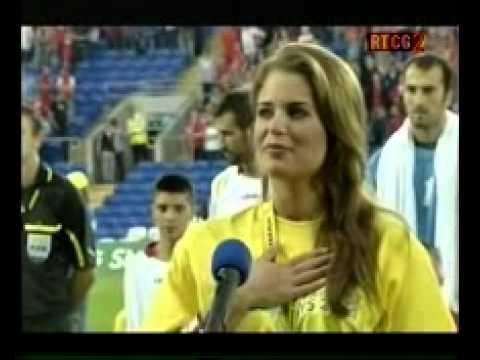 Velšanka pjeva himnu Crne Gore pred utakmicu Vels - Crna Gora, Cardif, 02. septembar  2011.