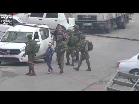 Soldados israelíes detienen a un niño palestino de 13 años