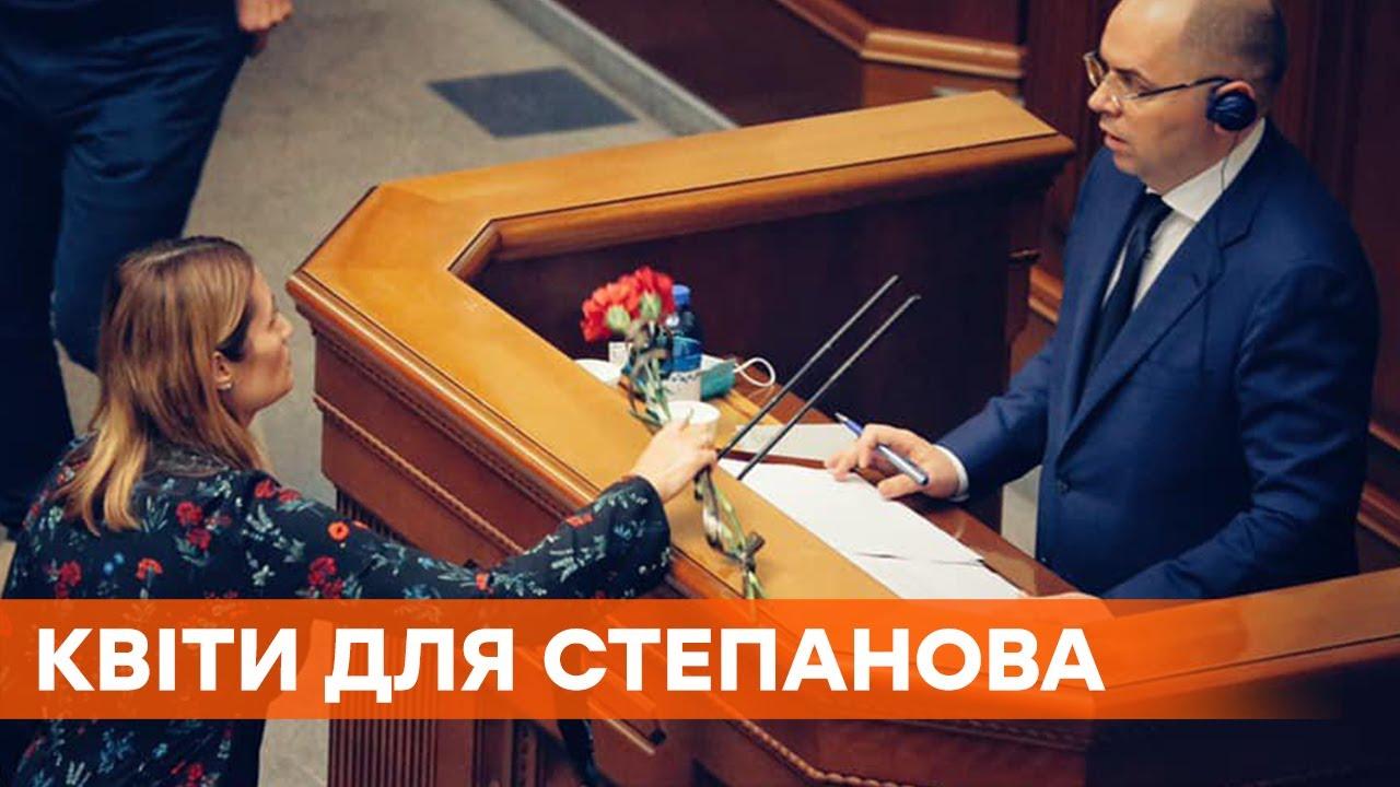 За смерти от коронавируса. Депутат подарила министру Степанову две гвоздики с черной лентой