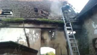 Ryzykowne wyburzanie stodoły