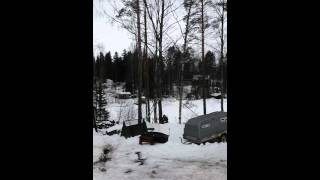 Amatööri puunkaato hommissa tylsällä sahalla