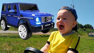Сломанный автомобиль не заводится. Малыш помогает починить машину.