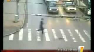 三轮哥,奔跑哥,火车哥,谁更牛? Luckiest man in Traffic Accidents