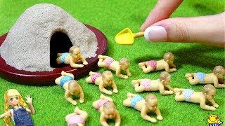 リカちゃん【超!ミニチュア赤ちゃん】砂場のある公園をガチャガチャクイズで手作り工作DIY♩メルちゃんもアンパンマンと赤ちゃんのお世話♩miniature Baby Doll real
