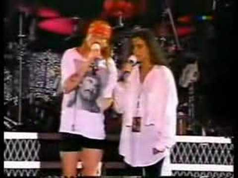 People Throwing Things Makes Axl Rose Stop The Show During Nightrain (Argentina)
