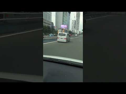 Ban mobil pecah jalan terus sampai tinggal velg di Tol Dalam Kota Jakarta