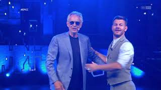 Video: Andrea Bocelli entra in studio a EPCC sui pattini cantando
