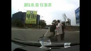 運転が下手糞すぎる女性の日産マーチ。 thumbnail