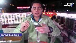 بالفيديو.. فنان الرسم بالرمال يرصد أحوال السياحة بشرم الشيخ في زجاجة رمل