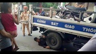 """Nam thanh niên nằm ôm bánh xe ô tô của CSGT để """"ăn vạ"""""""