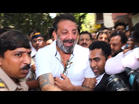Thumbnail: Sanjay Dutt's Sweetest Gesture For FANS Waiting For Him Outside Andheri Court