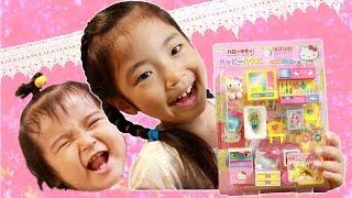 Click the Captions button for English subtitles! ハローキティのお人形と家具がセットになった500円のプチトイです。500円なのに沢山の家具と仕切りのパネルもついて ...