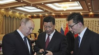 RAW: Putin presents Russian-designed dual-screen YotaPhone 2 to Chinese president