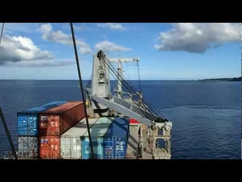Mayotte 03/2013 - Port de Longoni (manoeuvre d'un porte-containers)