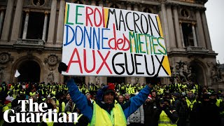 Gilets jaunes resume protests and clash with Paris riot police