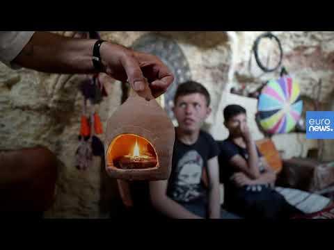 شاهد: نازح وفنان ديكور سوري يحول كهفا إلى متحف للآثار والتحف التراثية  - 11:00-2020 / 5 / 27
