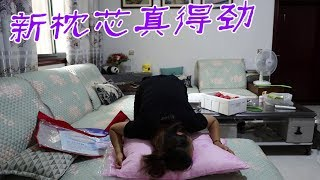 小娜回娘家送桃子,看见妈妈给二嫂买的枕芯,二话不说先占一对【牛不啦妯娌】