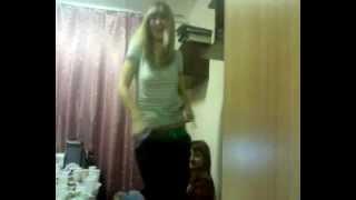Русская девочка показывает свое тело