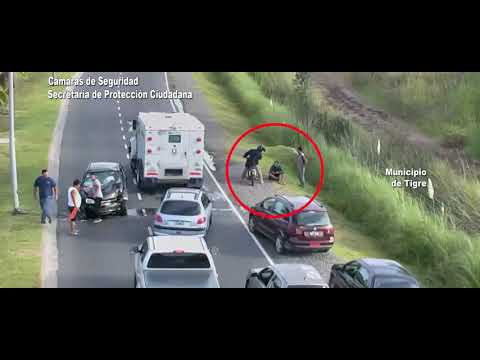 Violento choque de un auto contra un poste de luz