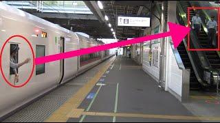 乗務員室から顔を出した車掌が駅員に手を振って勝田駅を出発&到着する2つの上野東京ライン常磐線特急ときわE657系