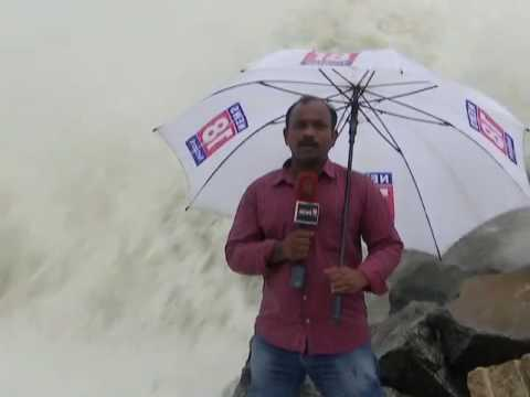 Sea Waves hits News Reporter