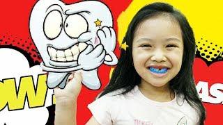 子供たちは色で遊びをするふりをする子供のための童謡を歌う thumbnail