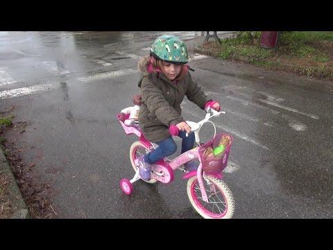 Elena impara ad andare in bicicletta