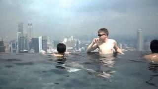 Бассейн на крыше отеля Marina Bay Sands (с посетителями)(Самая главная достопримечательность отеля - роскошный бассейн на его крыше. Вид бассейна завораживает..., 2012-02-05T15:45:18.000Z)