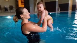 Занятия с ребёнком грудничок в бассейне  в 6 месяцев