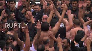 Gambar cover UK: Shia Muslims beat chests in Manchester's self-flagellation procession