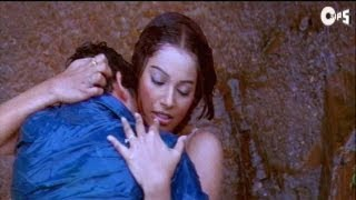 Kissing Scene - Bipasha And Aftab Kissing In Rain - Footpath