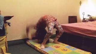 Секрет Как встать на мостик дома. Гимнастика для детей.