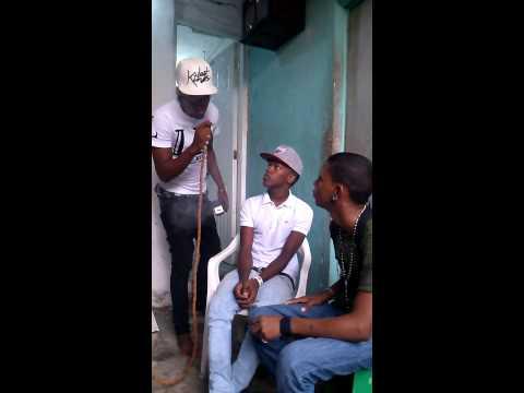 Los hermanos en el crimen fumando hooka