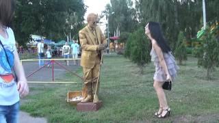 Живая статуя целует даме ручку, а она кричит