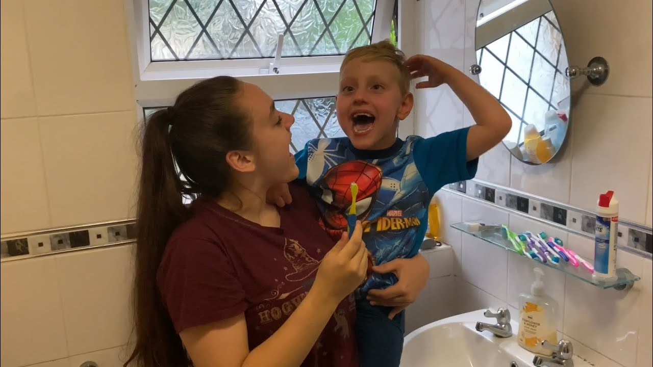 Sign along with us - To brush teeth / bed - Makaton - Jade & Christian Kilduff