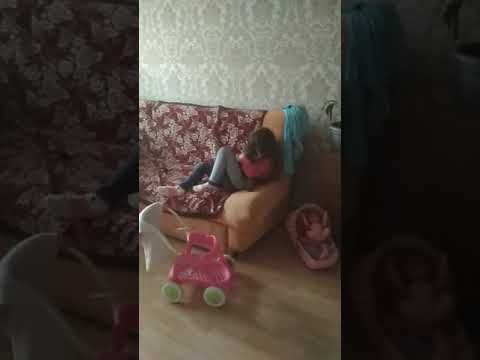 Ненормальноя сестра мучает животное.