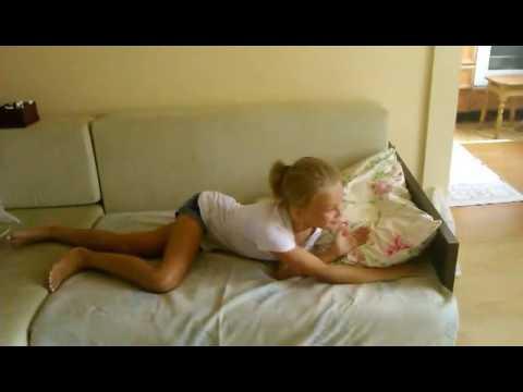 девушка одна дома смотреть