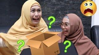 NEBAK ISI KOTAK w/ OKI SETIANA DEWI. HEBOH BANGET - What's In The Box