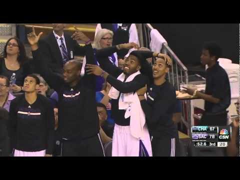 Derrick Williams poster dunk Bismack Biyombo: Charlotte Hornets at Sacramento Kings
