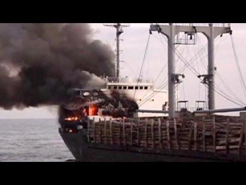 Chinese save crew from stricken ship on Yangtze