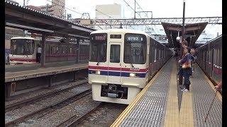 つつじヶ丘駅に到着する京王線上り8000系と下り9000系
