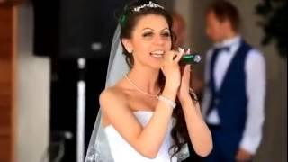 Как же красиво поет невеста.  Жениху повезло