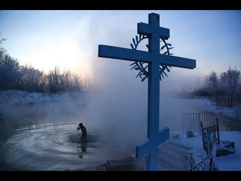 شاهد: المسيحيون الأرثوذكس في روسيا يغمرون أنفسهم في المياه الباردة بكهف جليدي