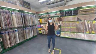 Visitando uma loja  para marceneiros(a).