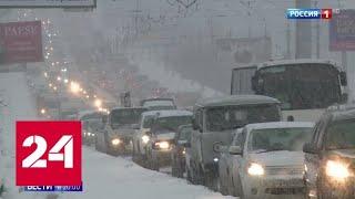 Смотреть видео Сугробы в два метра, дороги под снегом: Сибирь накрыл мощный циклон - Россия 24 онлайн