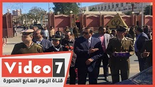 مدير أمن سوهاج يوزع حلوى وورد على المواطنين بمناسبة عيد الشرطة