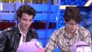 Jonas Brothers- cantando en español - speak spanish  - Volando Voy Volando Vengo. en El hormiguero