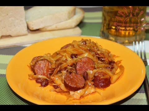 Тушеная капуста с копчеными колбасками и фасолью