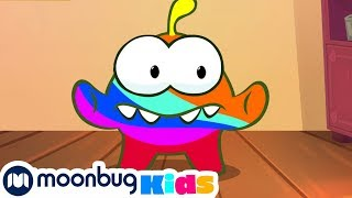 Learn English with Om Nom: paitned in different colors | Educational Cartoon | Moonbug Kids Deutsch