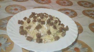 Салат с капустой, сухариками и куриным филе.